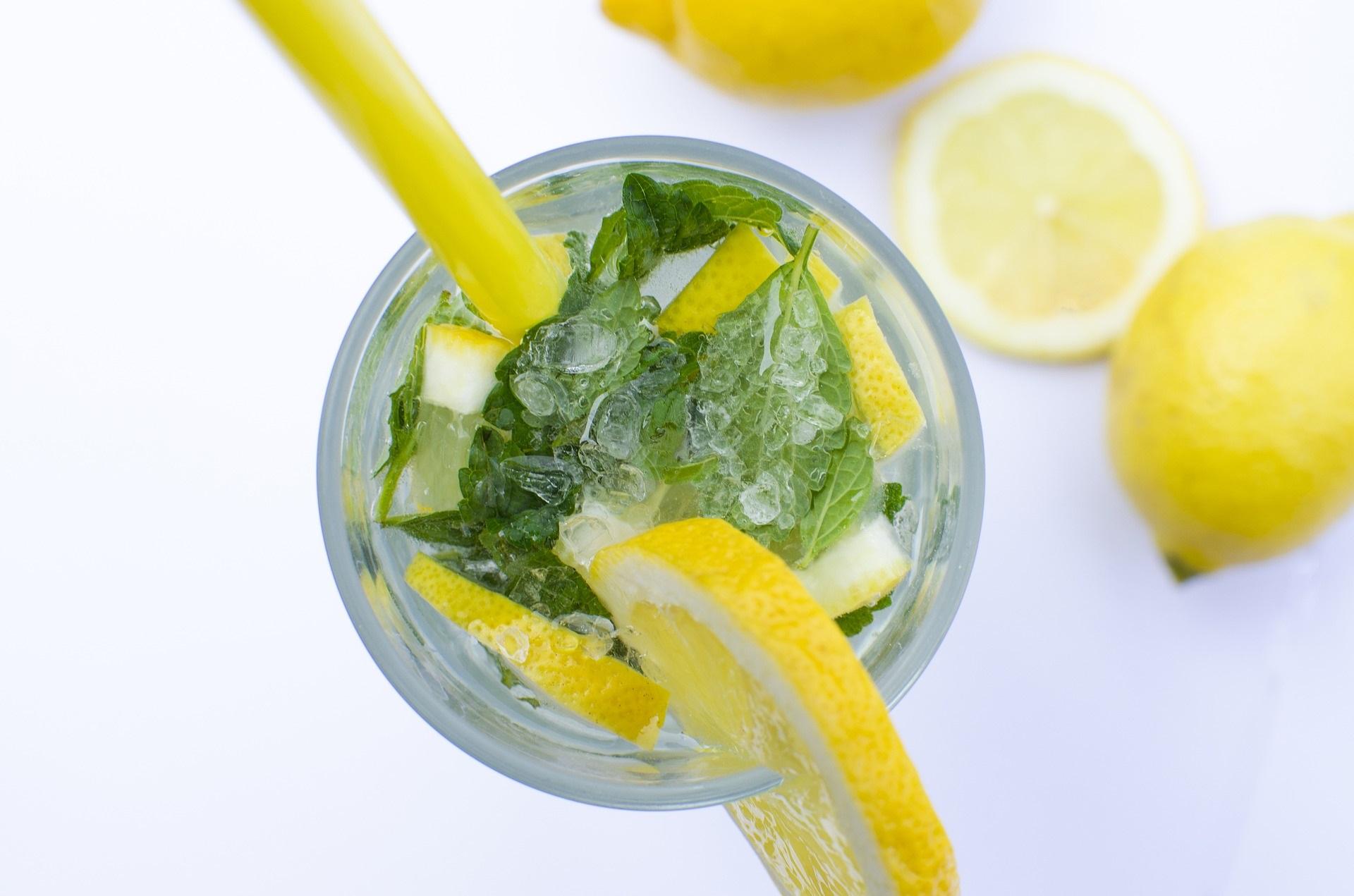 Caipirinha mit Minze und Zitronenscheiben