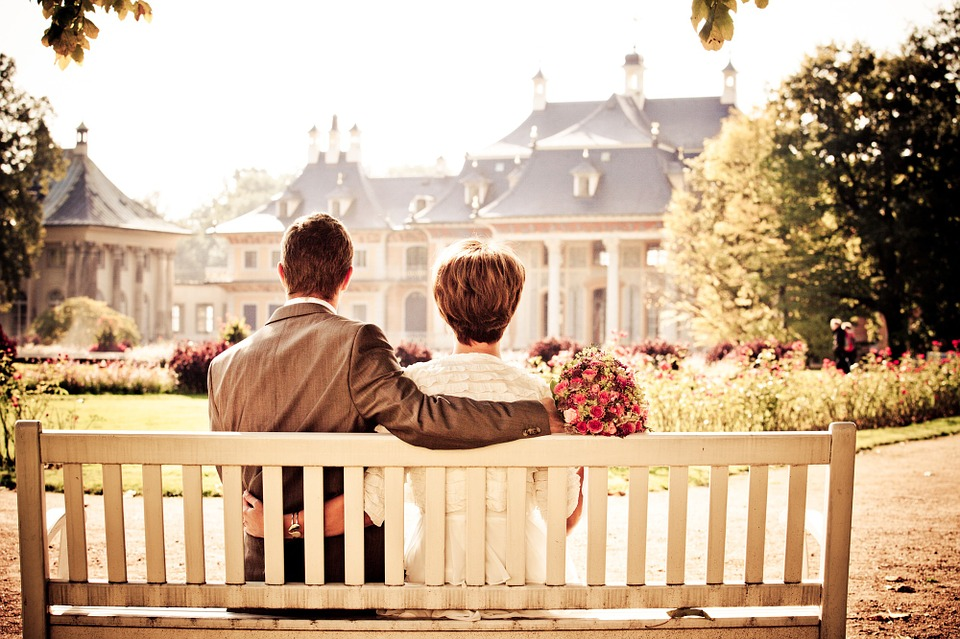 Vintage und trotzdem High Drama - Brautpaar mit Blick auf Schloss