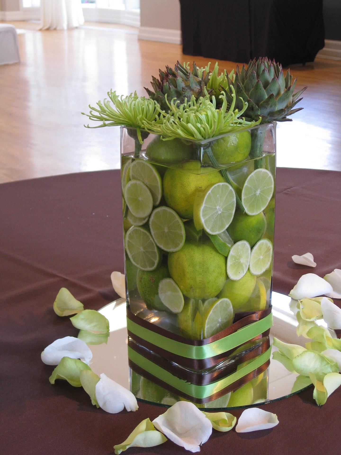 Sommerliche Glasvasendeko mit Zitronen