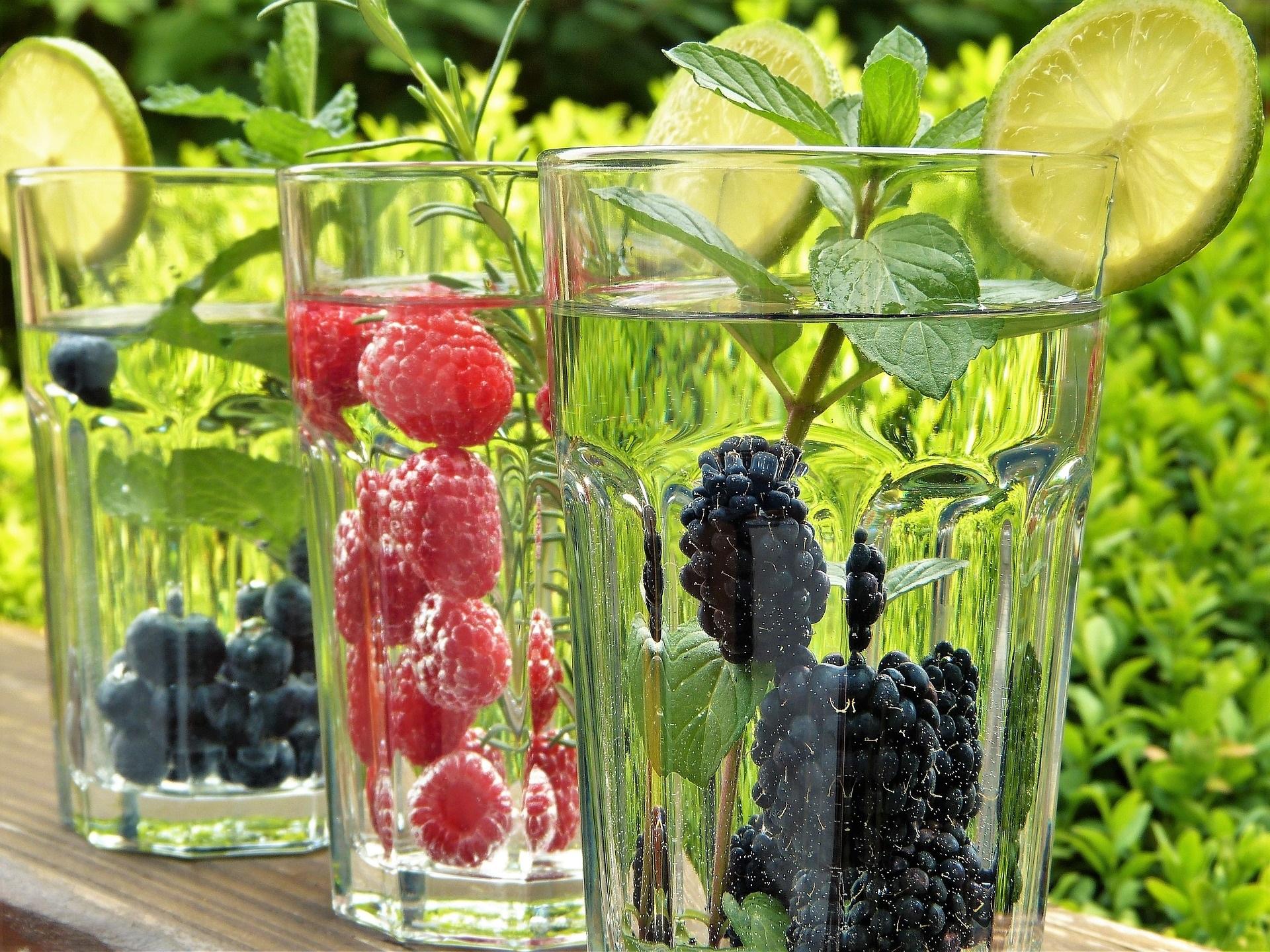 Saftbar mit frischem Obst