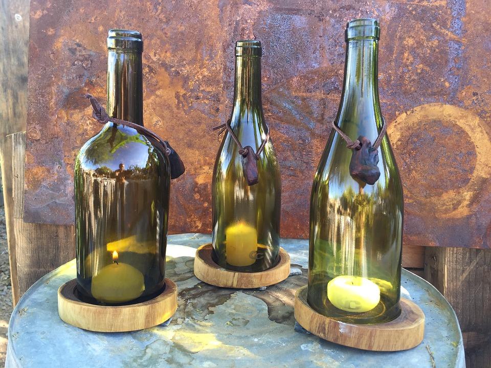 "Weinflaschen als rustikale ""Kerzenhalter""."