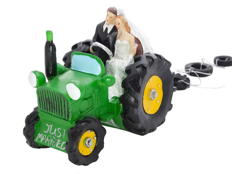 Brautpaar auf Traktor