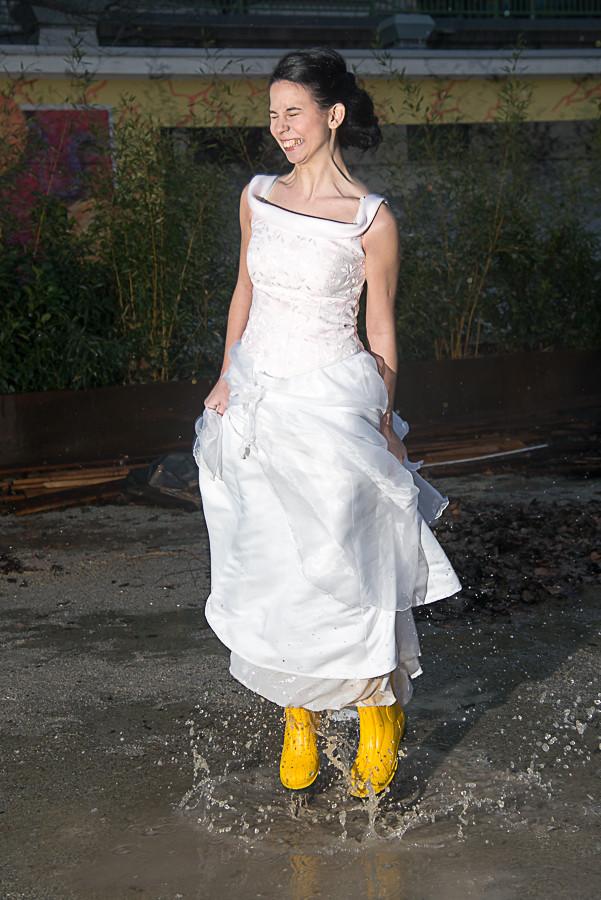 Braut in Gummistiefeln