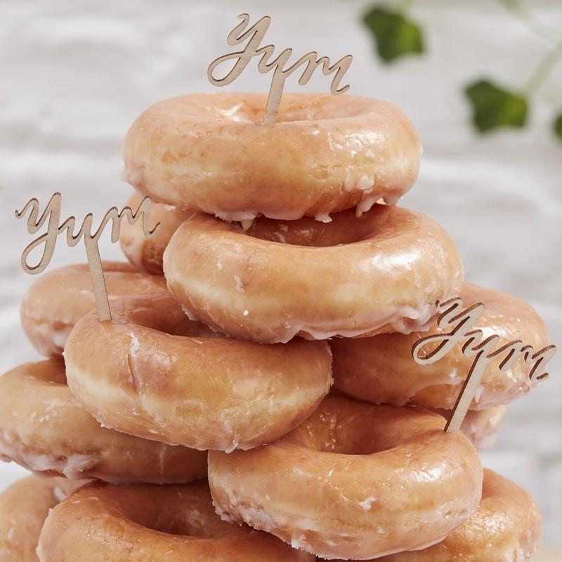Donut-Türme mit Picks verziert - Hochzeitstrend 2019