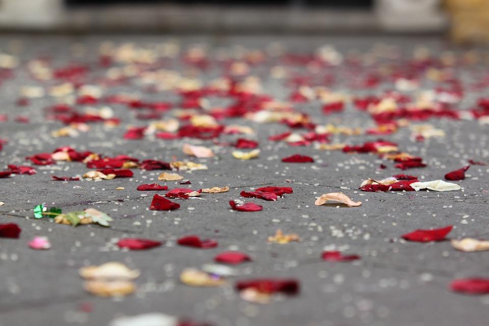 Blüten werfen nach der Trauung!