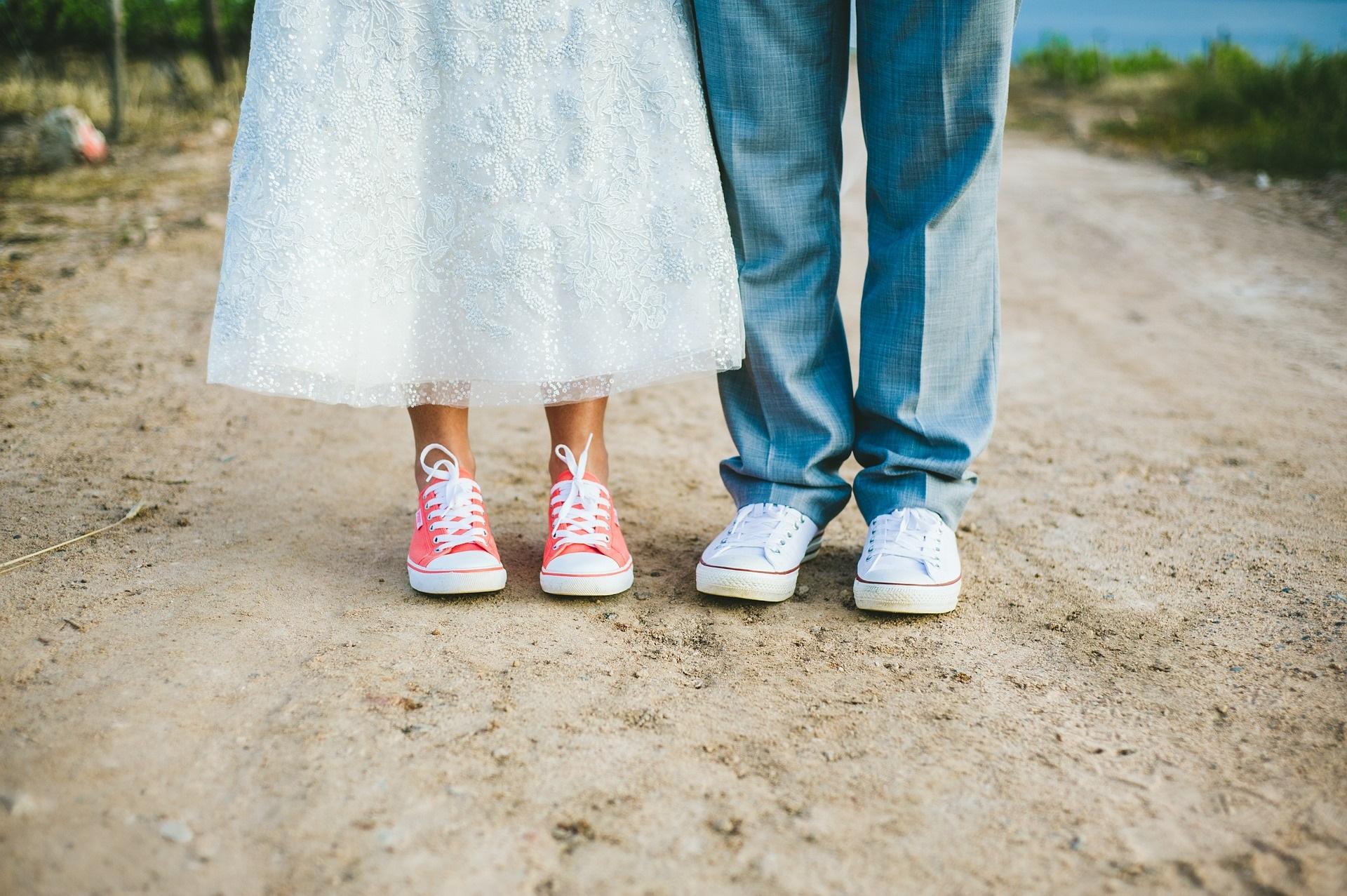 Sportsneakers in der Hochzeitsfarbe