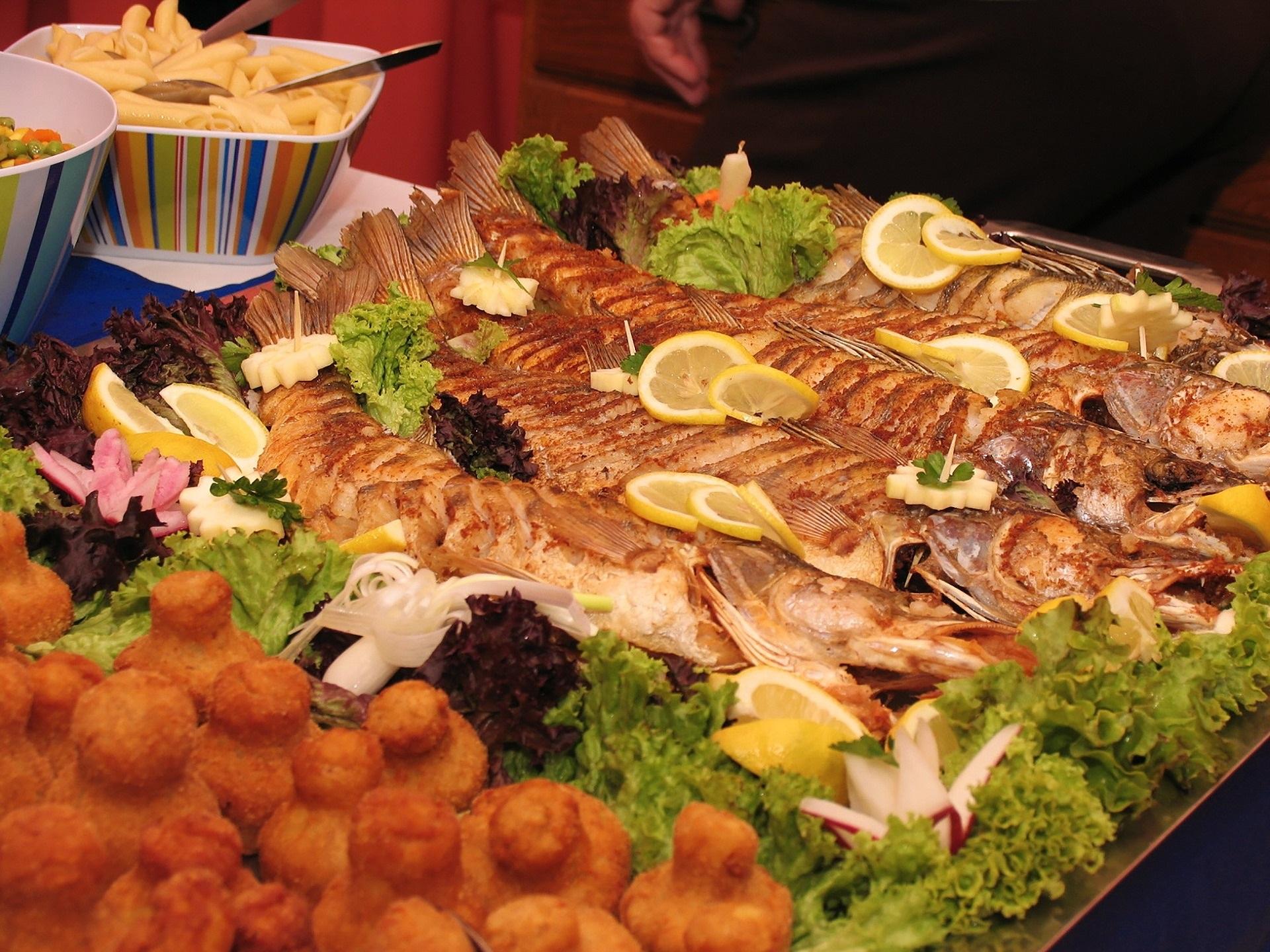 Hochzeitsbuffet mit Fisch und vielen Zitronenscheiben