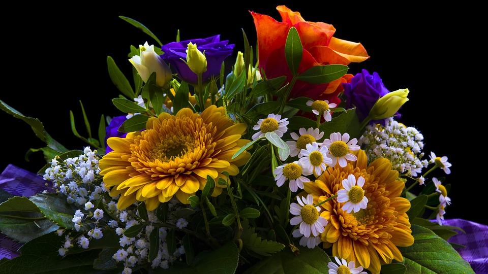 Brautstrauss: Ultra Violet wird gerne mit Gelb und Grün kombiniert