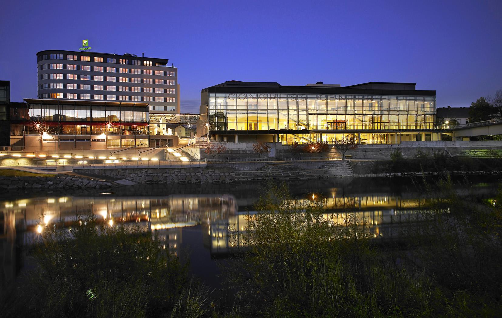 Holiday Inn bei Nacht - © Holiday Inn & Congress Center Villach