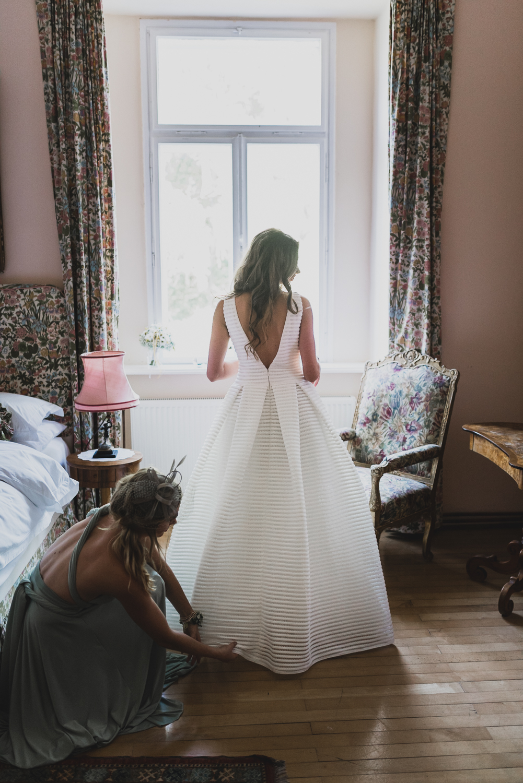 Herrichten der Braut im Schloss Ernegg - - © Constatin Witt-Dörring