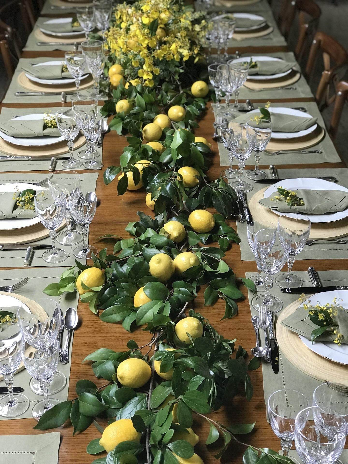 Hochzeitstafel - dekoriert mit frischen Zitronen und Blättern