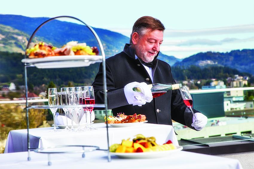Gästeempfang mit Penthouse-Butler Gundolf - © Holiday Inn & Congress Center Villach