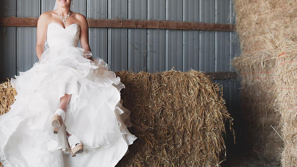 Braut auf Heuballen