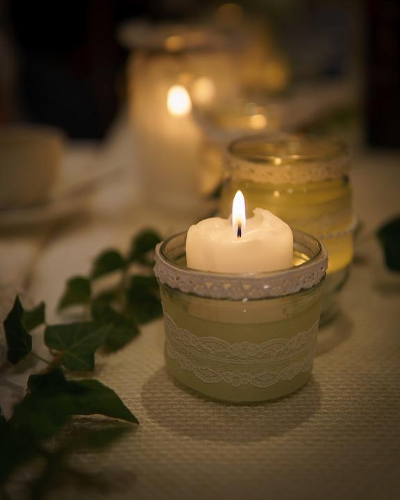 Kerzen, Jute und Spitze