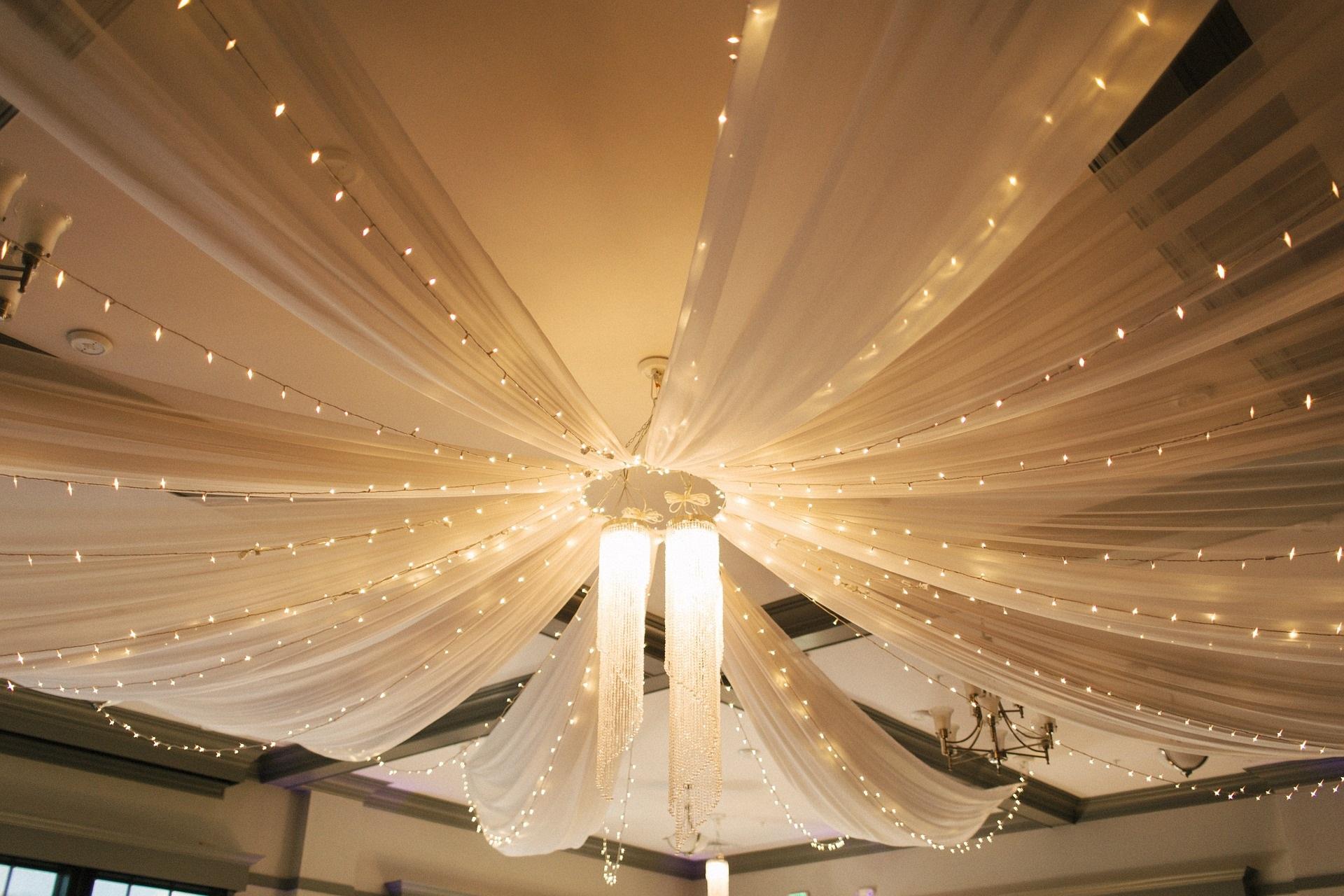 Tolle Deckenverzierung bei der Hochzeit - Trends 2019