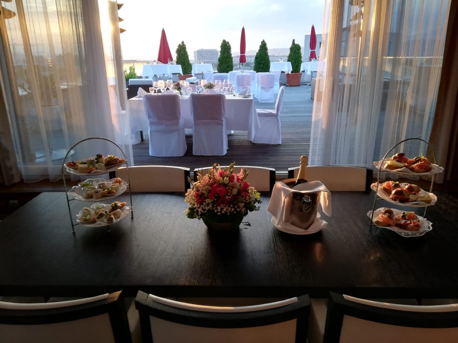 Blick auf die Terrasse - © Holiday Inn & Congress Center Villach