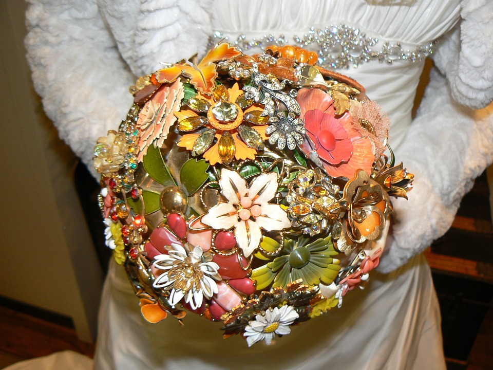 Brautstrauß mit alten Schmuckstücken
