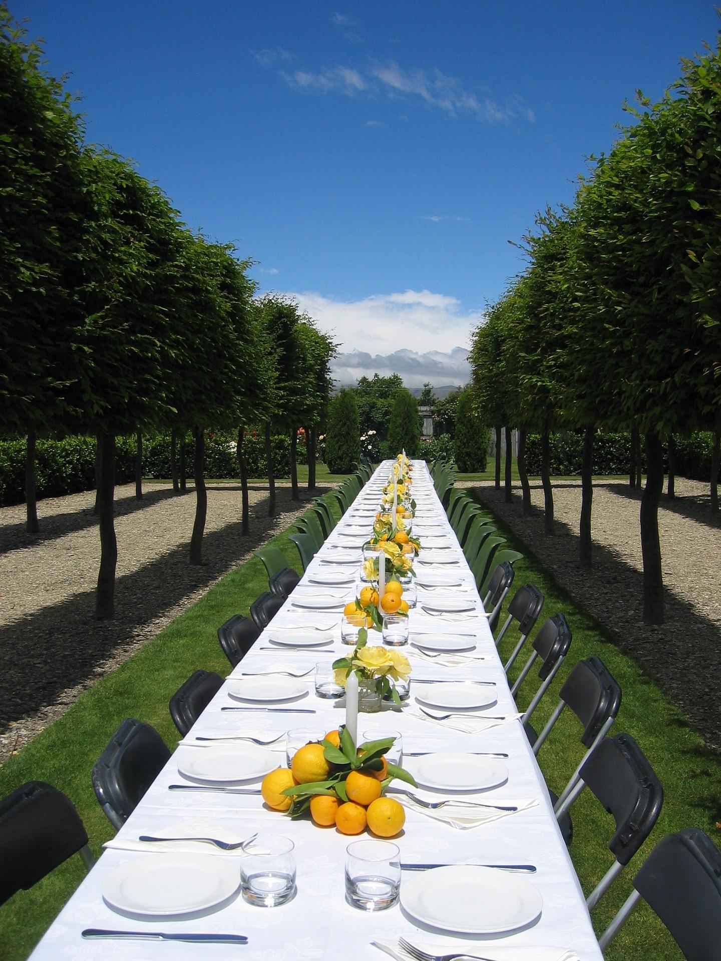Hochzeitstafel im Freien mit Früchten dekoriert