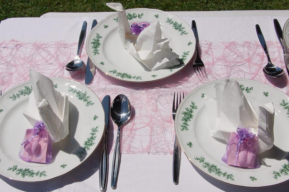 Nett dekorierte Hochzeitstafel mit Giveaways