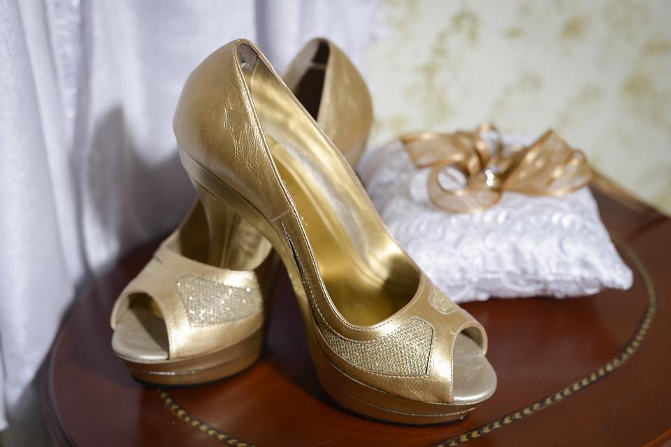 Goldene Hochzeitsschuhe