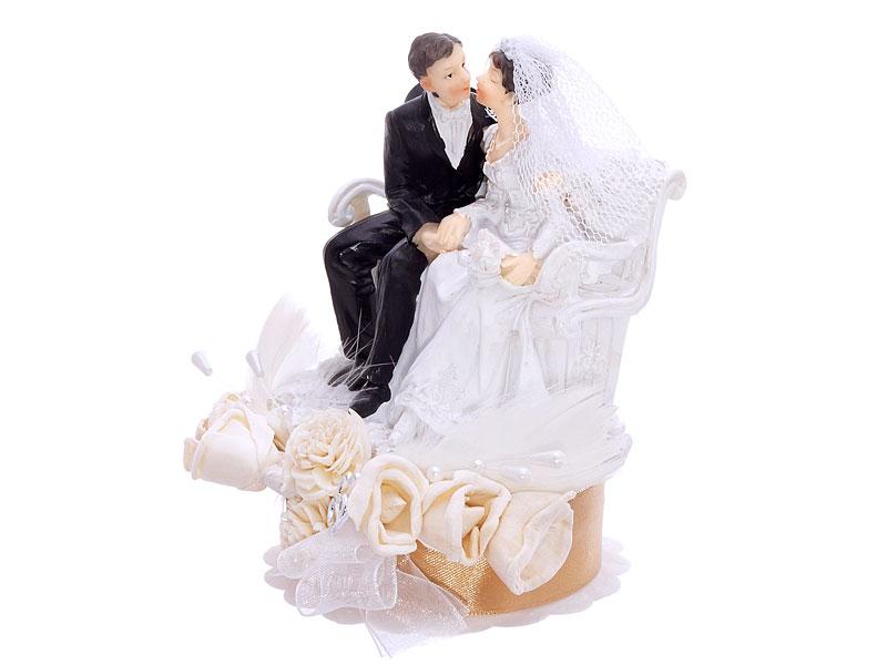 Brautpaar romantsich auf der Parkbank