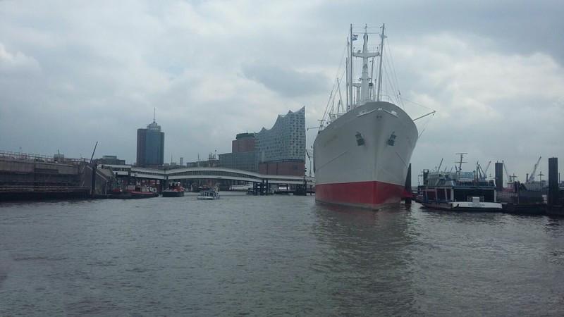 Hamburger Hafen mit Blick auf die Elbphilharmonie
