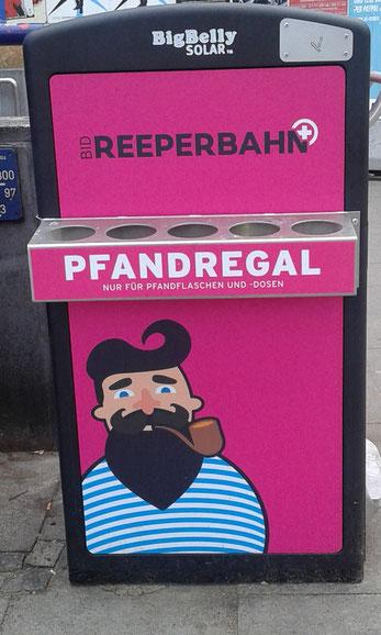 Pinkfarbene Mülleimer auf der Reeperbahn Hamburg St. Pauli