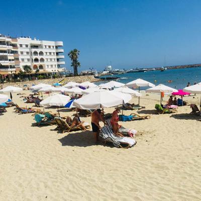 Strandleben im Stadtzentrum von Santa Eulalia