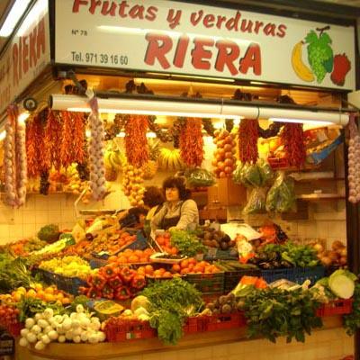 Obst und Gemüse auf dem Markt kaufen
