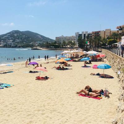 Strandleben in der Stadt Santa Eulalia