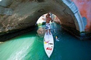 Robby Naish auf dem SUP Board in Venedig