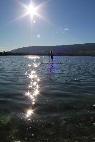 SUP Paddlerin in der Bucht der SUPSTATION Erlach am Bielersee