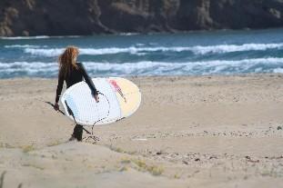 Stand Up Paddle Surferin mit Neoprenanzug