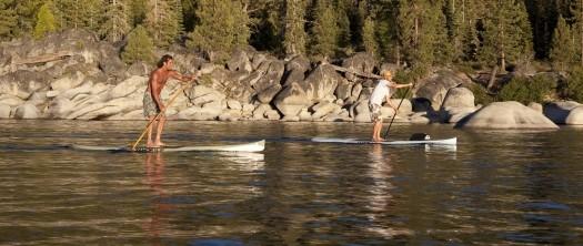 Ein Paar beim Ausüben des SUP Sports, effektives Rücken- u. Rumpftraining