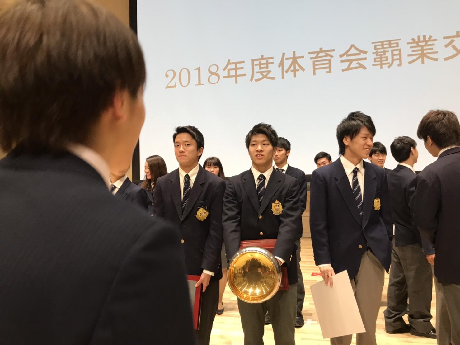 1回原田の後ろ姿と、受賞者の皆さん