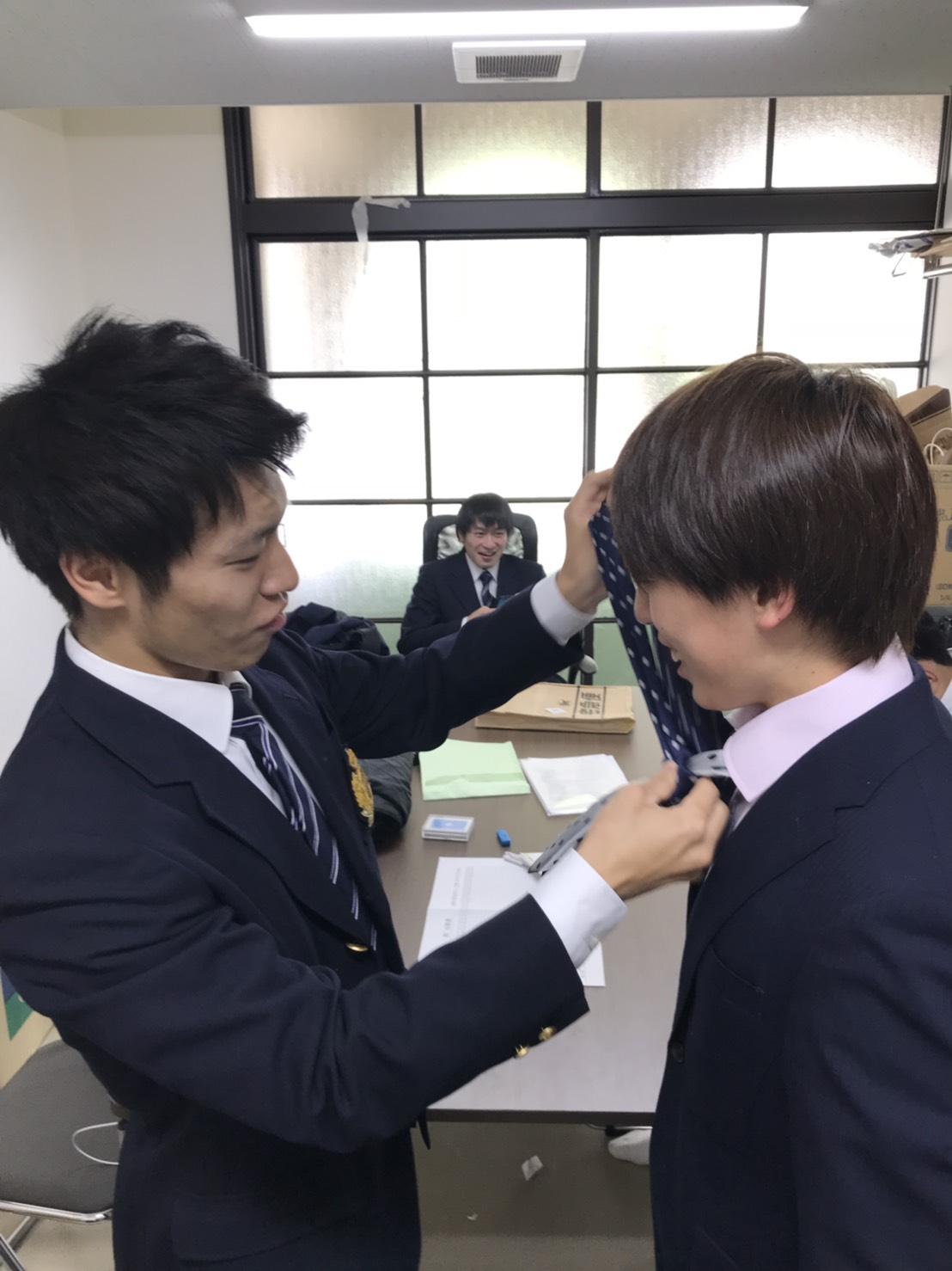 部室での1枚。1回原田のネクタイを結ぶ泰成さん。4回江川さんのボス感