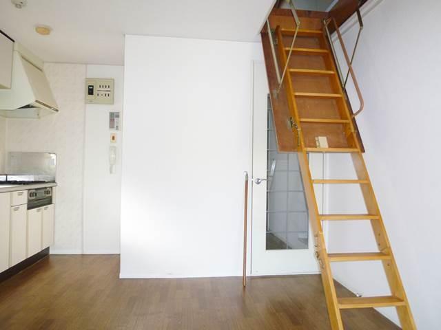 DK6.5帖。屋根裏収納への階段をおろした様子