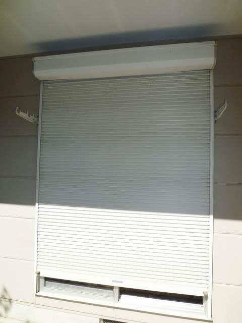 1階和室の窓にはシャッターがあります