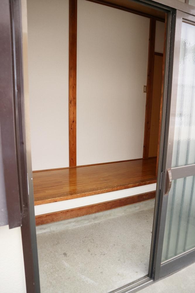 玄関土間にゲタ箱が置けるスペースがあります