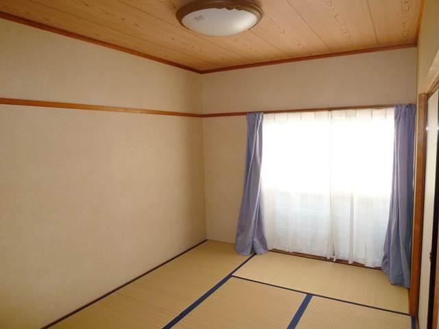 和室6帖。天井照明付き