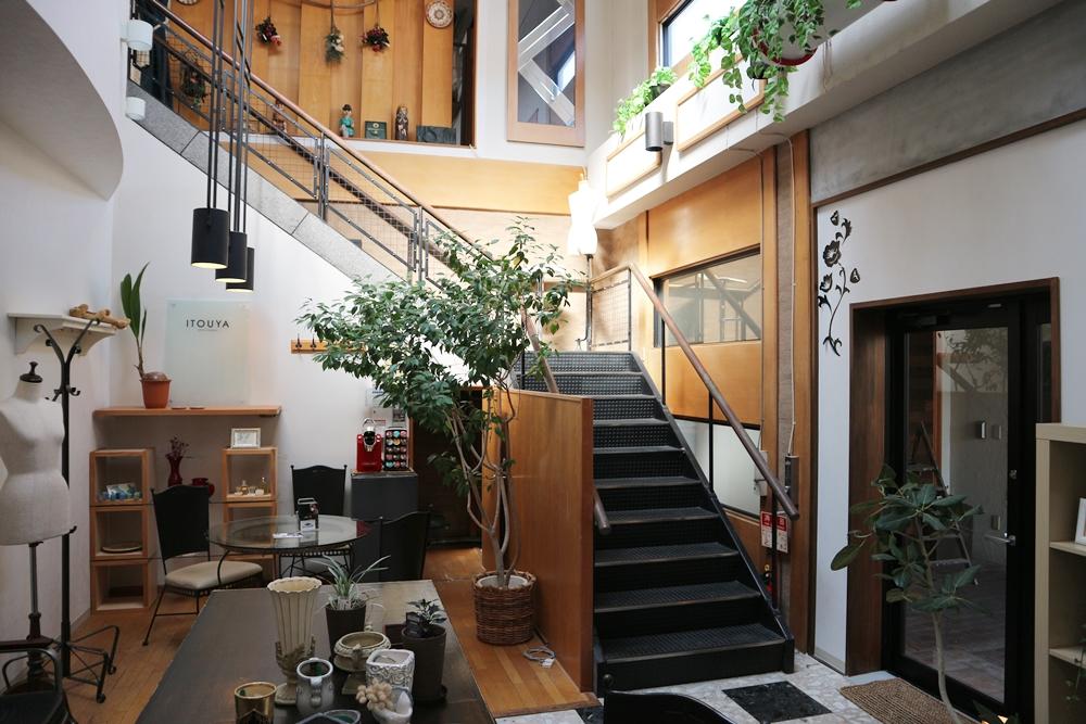 階段登って2階の部屋となります