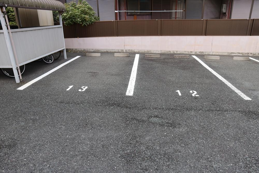 駐車場は横並びで2台分付いてます