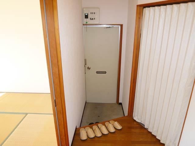 廊下側より玄関を撮影