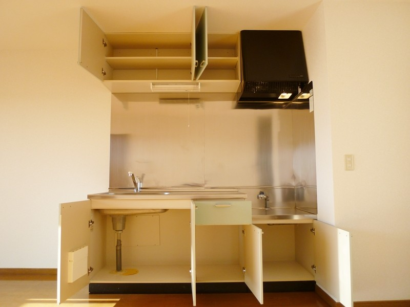 吊戸棚もあり、収納豊富なキッチンセット