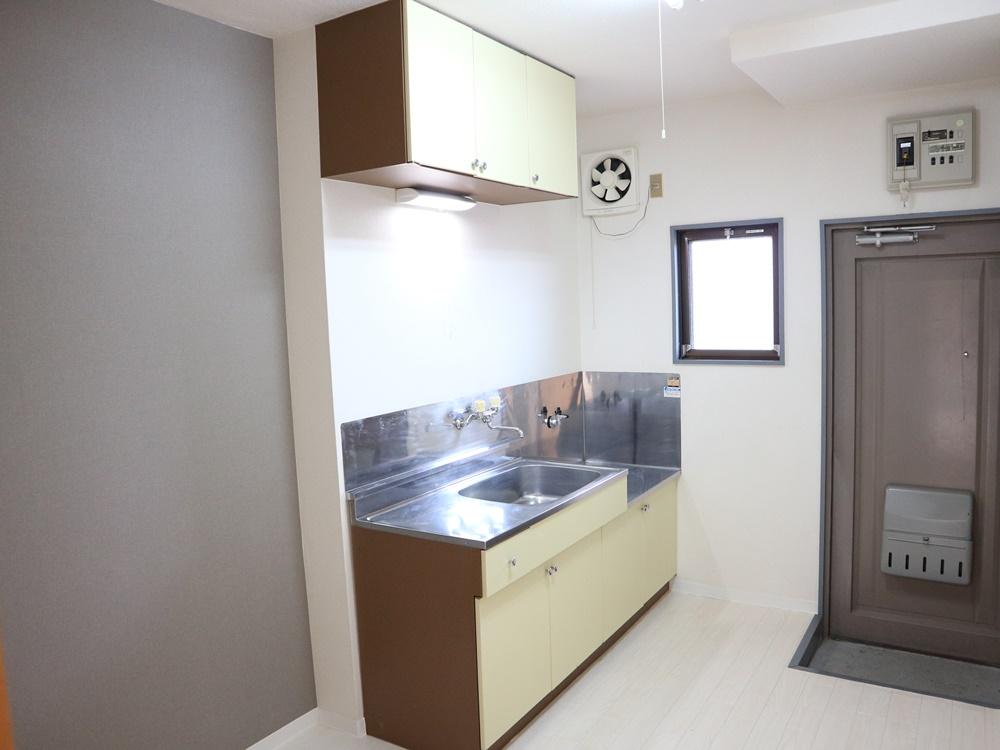 キッチン(壁クロスにはグレーのアクセントクロス)