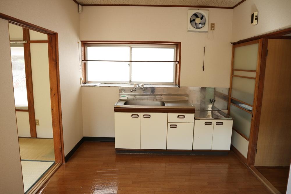 キッチン正面に窓があります