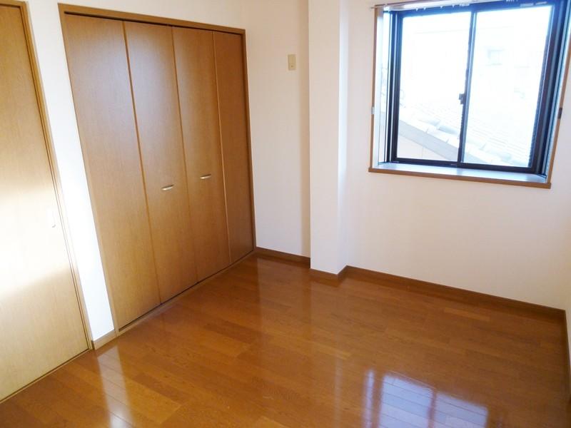 フローリング床の洋間6帖(中部屋)、出窓付き