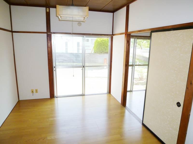 リビングとしての利用もできる玄関横の洋間6帖