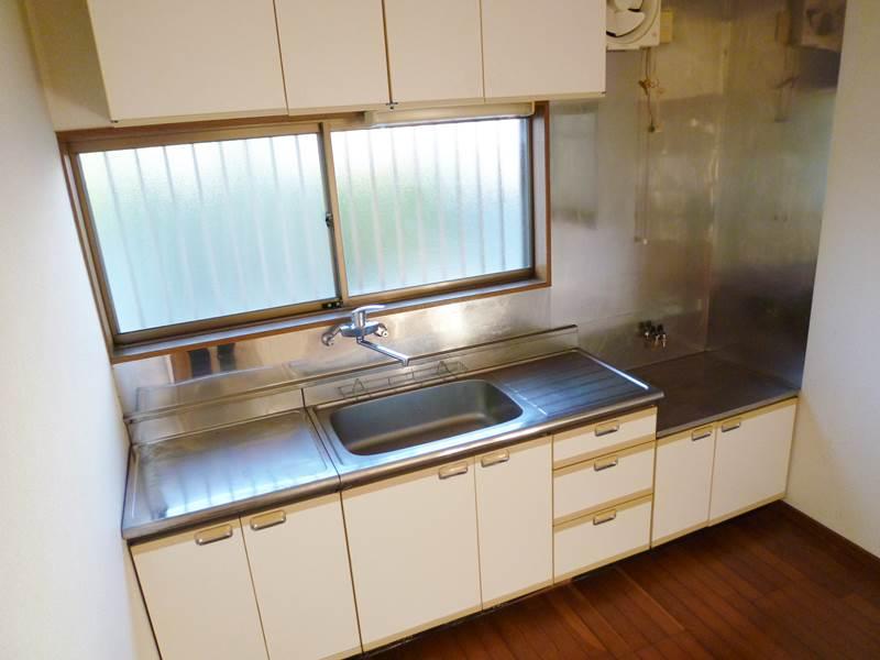 キッチンセット正面に小窓があります