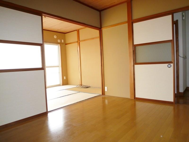 キッチン横の洋間6帖、和室に続きます